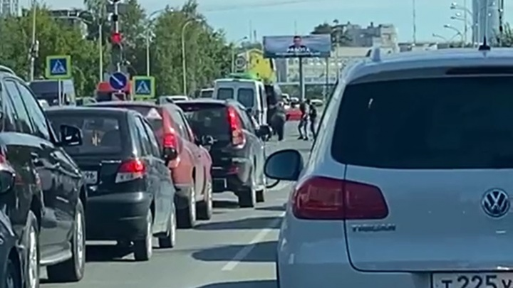 В Екатеринбурге водители встали в пробку из-за похоронщиков с гробом