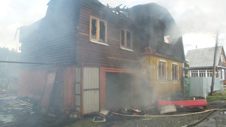 В садах на Чусовском тракте сгорели два дома. Под завалами нашли два трупа