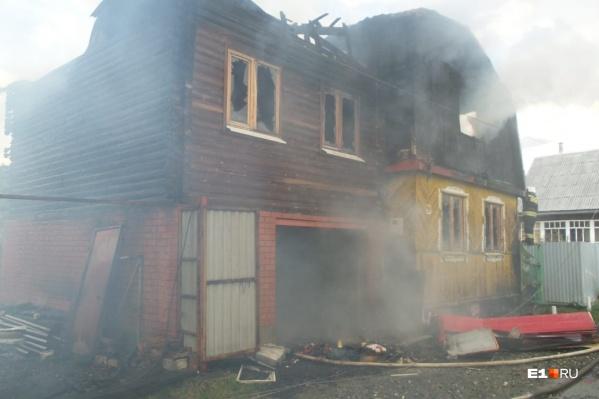 Огонь полностью уничтожил один из домов и перекинулся на соседний