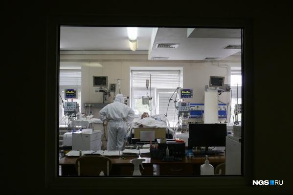 Кардиодиспансер на Залесского заполнился за 2 дня после перепрофилирования. Сюда доставляют только тяжелых пациентов, а выбираются отсюда немногие, потому что, как говорят врачи, с коронавирусом сложно предугадать