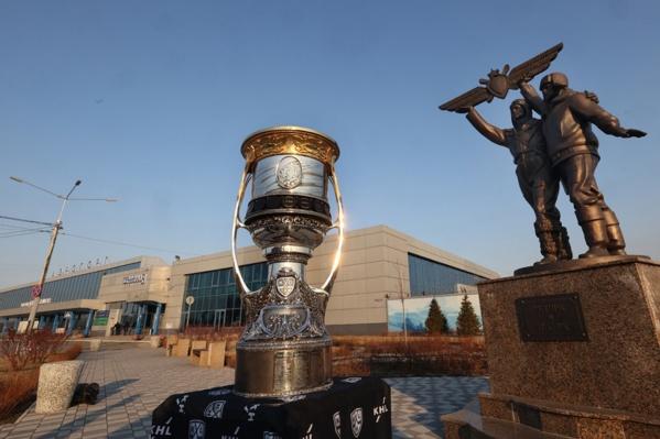 В перерывах между матчами в Балашихе кубок Гагарина привезли в Омск