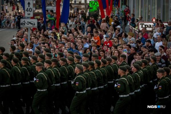 Вакцинировались те, кто пойдут в составе пеших и механизированных колонн по главной площади города