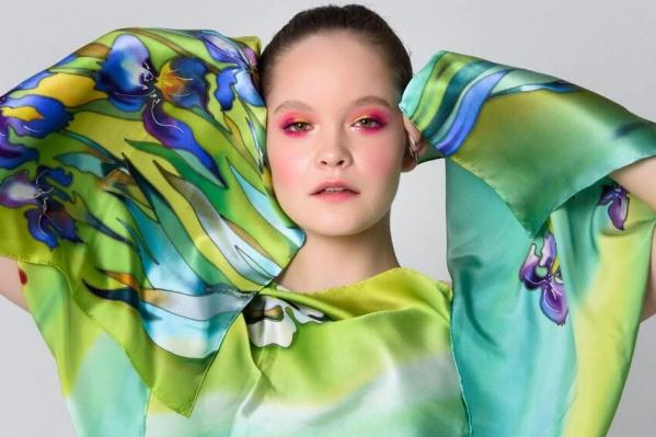"""На китайском маркетплейсе озёрский производитель шелковых платков ручной работы осваивается с конца <nobr class=""""_"""">2020 года</nobr>"""
