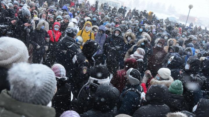 «Мы здесь за северян»: в Архангельске после несогласованного шествия толпа протестующих остановилась