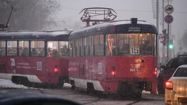 Движение трамваев на ЖБИ перекрыли из-за аварии на водопроводе