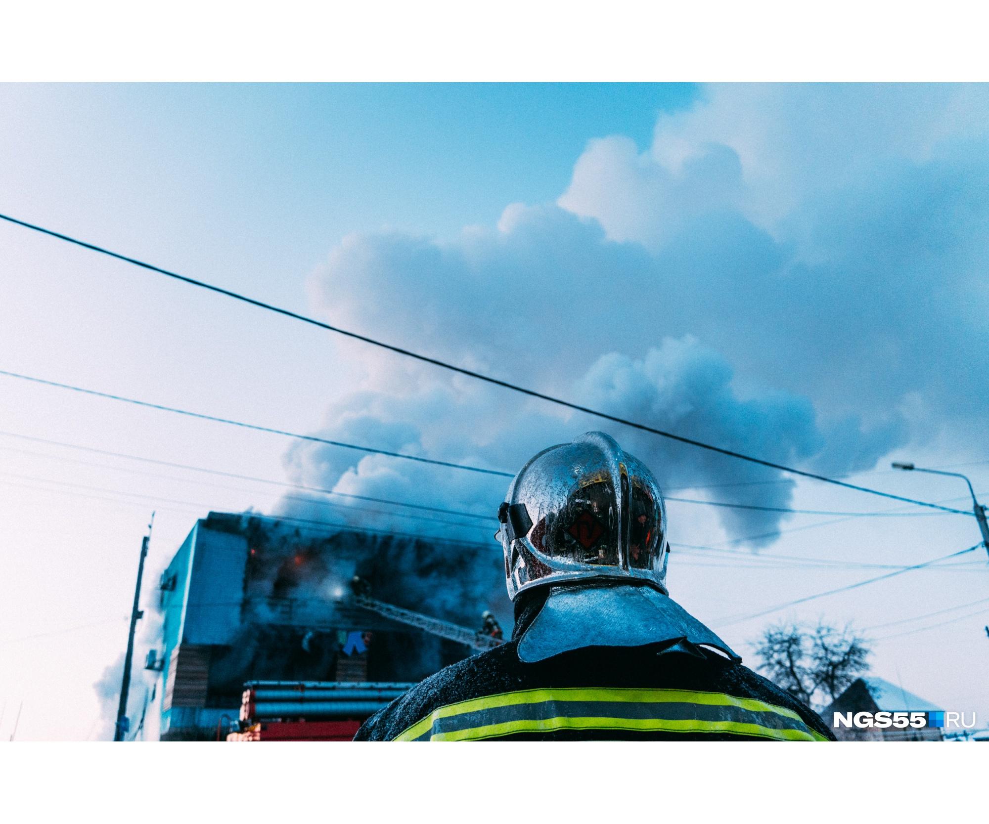 Спасателям пришлось забраться вглубь горящего здания по пожарной лестнице