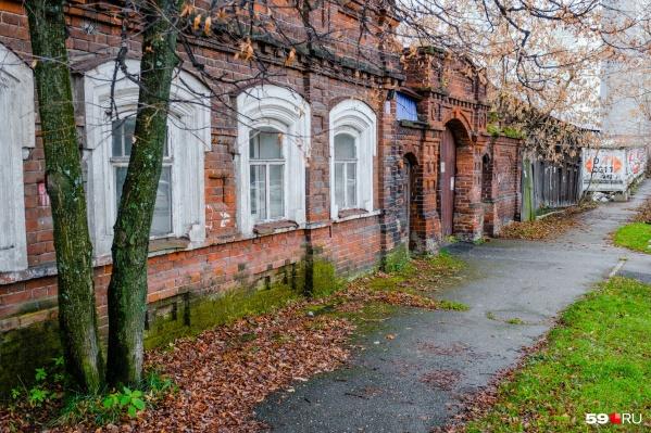 """Дом на <nobr class=""""_"""">Окулова, 12</nobr> был построен до революции. Он не является аварийным и хорошо сохранился"""