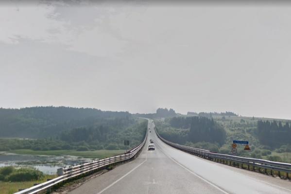 Кран опрокинулся во время ремонта моста через реку Полазну