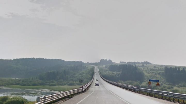 Смертельный случай под Пермью: автокран упал с моста вместе с машинистом