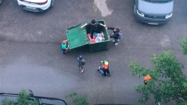 «Будет что вспомнить»: в Рыбинске мальчишки устроили во дворе гонки на мусорном баке