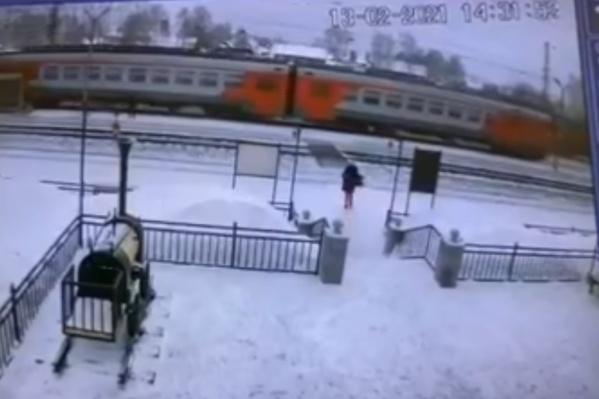 Девушка спешила на электричку и попала под грузовой поезд