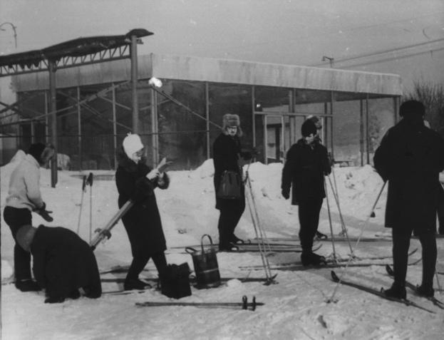 Интересно, куда в 1968 году лыжники пристраивали сумки?