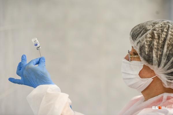 """Пока в России от коронавируса вакцинируют только людей старше <nobr class=""""_"""">18 лет</nobr>"""