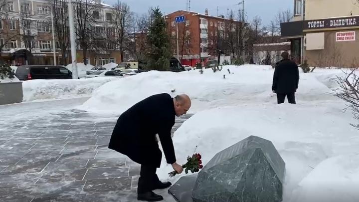 Михаил Мишустин возложил цветы к мемориалу на месте сгоревшей «Зимней вишни» в Кемерово