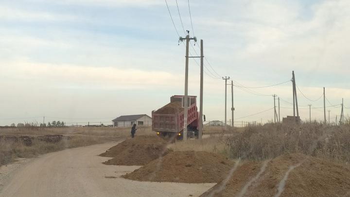 «Весной размокнет»: жителей деревни под Челябинском возмутил ремонт дороги с помощью глины