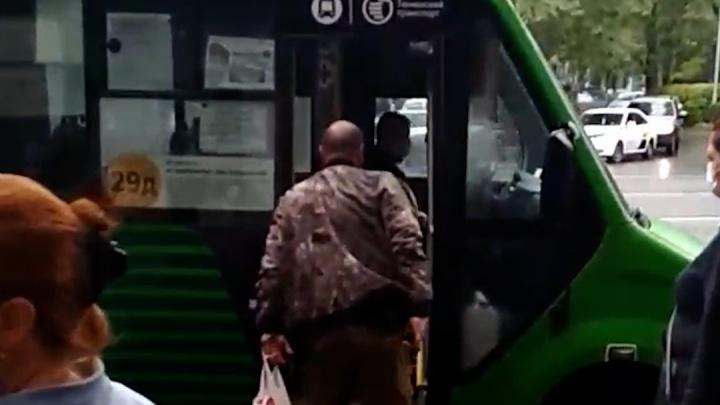 В Тюмени по улице ходил вооруженный мужчина и пугал пистолетом прохожих