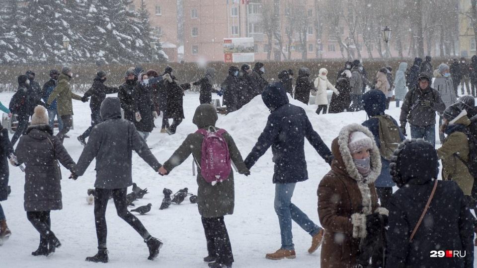 Во многих городах участники митингов водили хороводы. На фото Северодвинск, где сегодня, кстати, была ужасная метель
