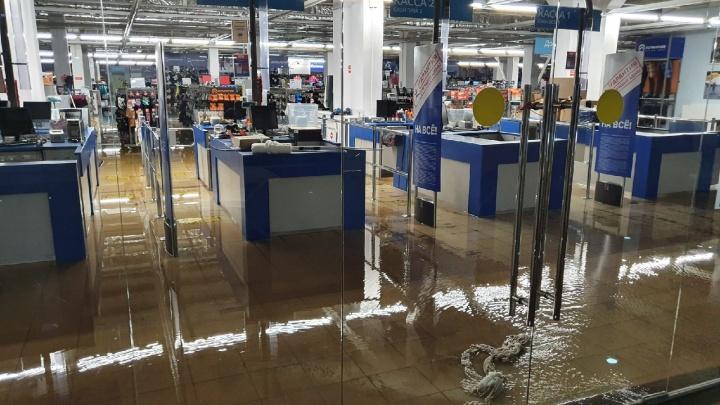 Воды по щиколотку: что происходит в затопленном ярославском торговом центре. Фото- и видеорепортаж