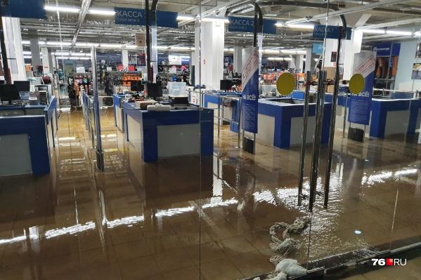 Из-за прорыва трубы с холодной водой затопило целый этаж торгового центра