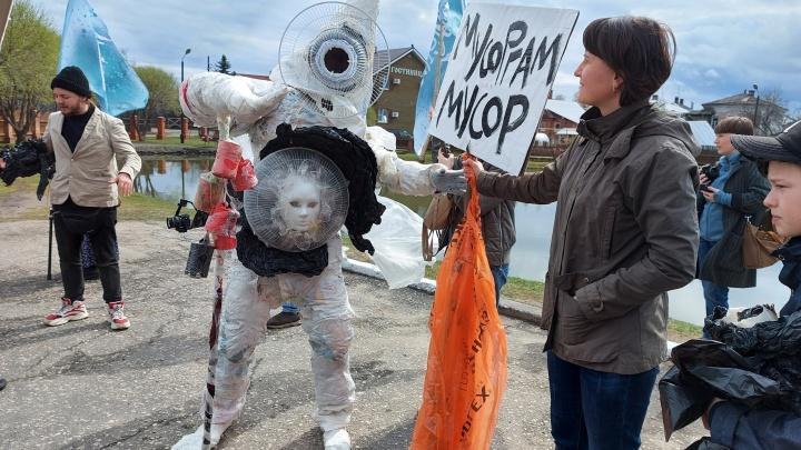 В Городце мусорные «монстры» устроили перформанс из-за загрязнения леса