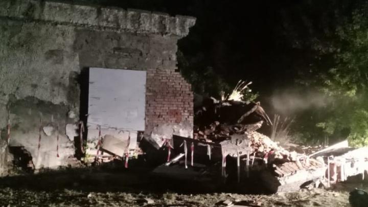 На территории школы в Дзержинском районе обрушилась стена — фото с места