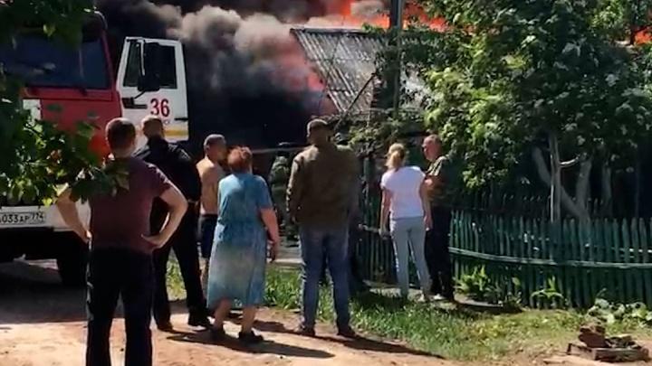 В Копейске бушует пожар на улице с деревянными домами. На тушение огня отправили подмогу из Челябинска