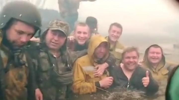 «Две минуты назад чуть не сдохли»: тюменские пожарные спаслись в реке от наступающего огня