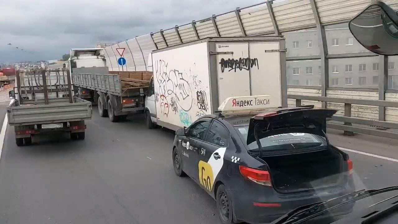 "Скриншот видео из группы <a href=""https://vk.com/wall-68471405_15636916"" class=""io-leave-page _"" target=""_blank"">«ДТП и ЧП | Санкт-Петербург»</a>"