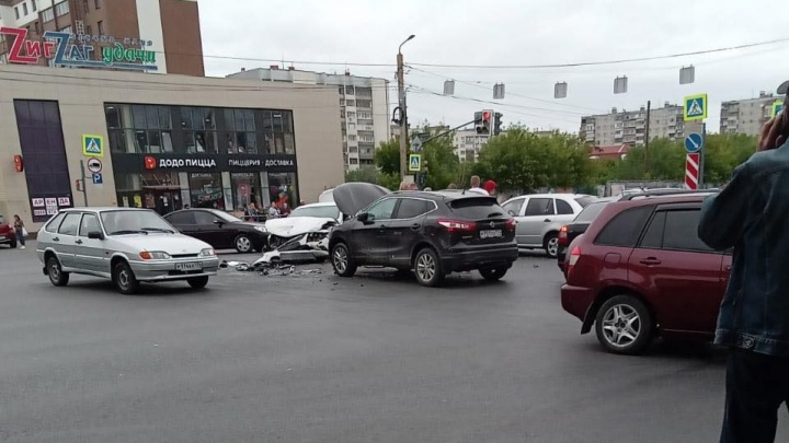 «На дороге месиво из машин»: оживленный перекресток в Челябинске встал из-за серьезного ДТП