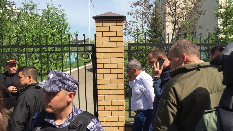 В рубашке — глава Татарстана Минниханов, он сейчас на месте ЧП