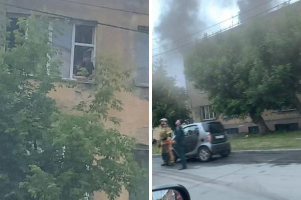 Несколько людей оказались заблокированы огнем