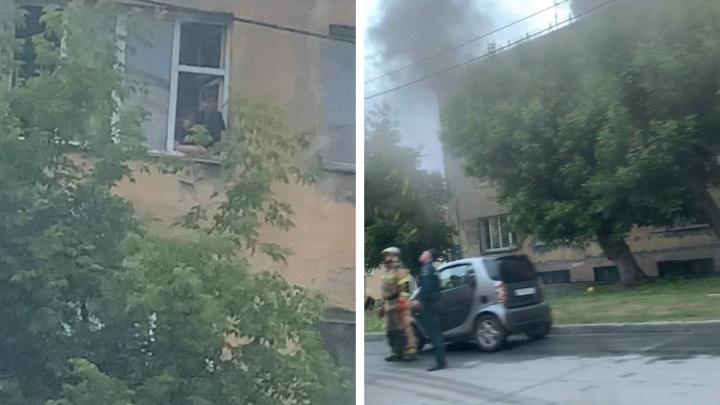 В Железнодорожном районе Новосибирска улицу перекрыли из-за пожара