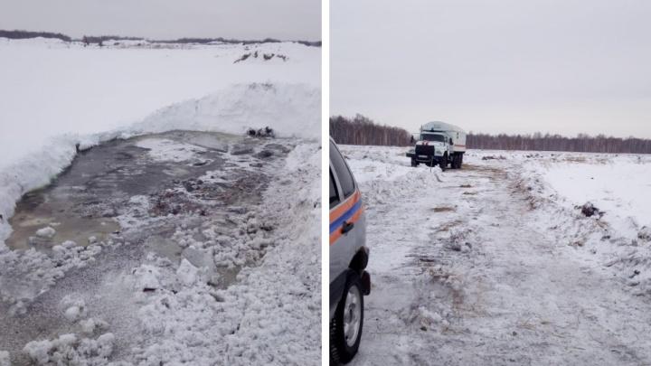 Появились фото с новосибирского озера, где утонул бульдозер с человеком