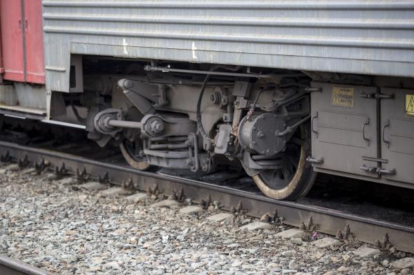 Женщина шла вдоль железной дороги