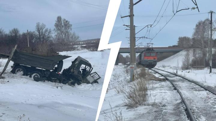 Под Челябинском водитель грузовика погиб при столкновении с поездом