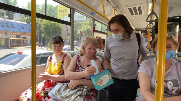 В автобусах Ростова стали раздавать лицевые маски