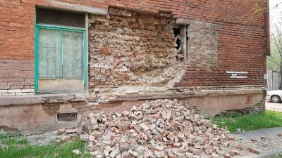 «Половина людей уже убежали»: как живется в доме, где обрушилась кирпичная стена