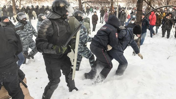 Парней, применивших насилие в отношении полицейских на митинге в Екатеринбурге, оставили на свободе