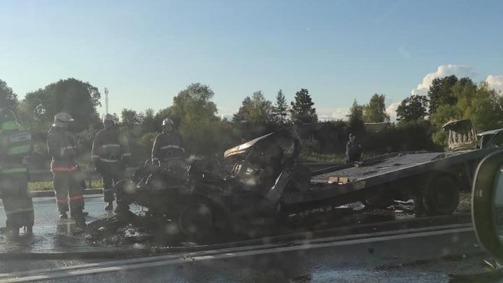 Погиб человек: в Ярославской области столкнулись грузовик и эвакуатор. Одна из машин загорелась