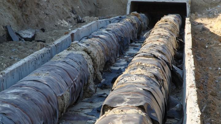 Виноваты ковид и снегопад: в центре Волгограда четыре месяца не могут закопать коммунальную траншею