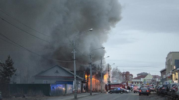 «Не обшивайте дома сайдингом»: архангелогородец проснулся от гари и стал очевидцем масштабного пожара