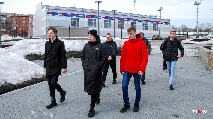 Ребята идут к центральной площади