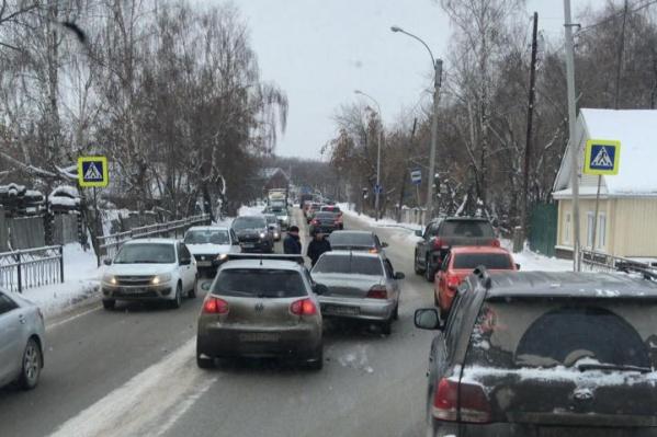 Вдоль дороги на Проезжей стоят частные дома, из-за них расширить дорогу будет непросто