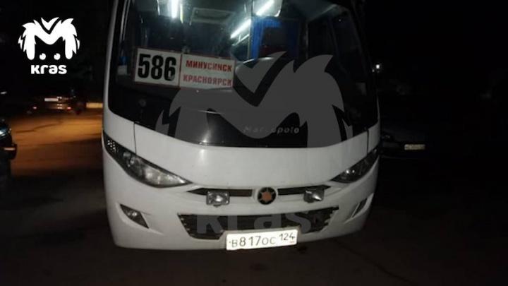 Неадекватный мужчина в автобусе напал с ножом на водителя и двух пассажиров, а потом ранил себя
