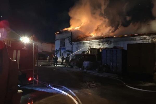 На правобережье Красноярска загорелось здание