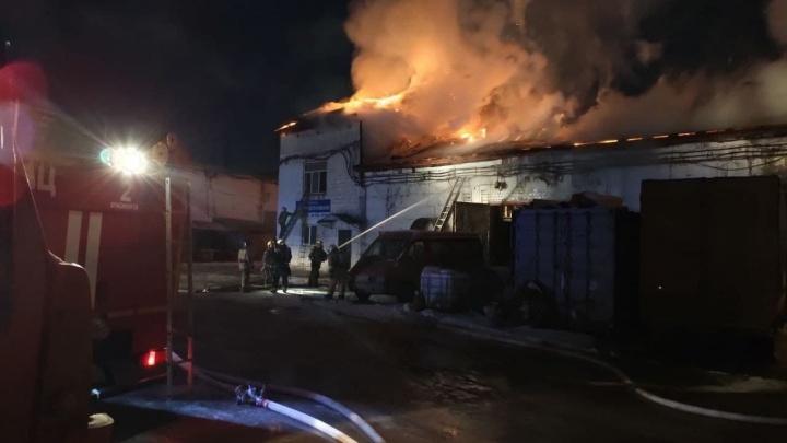 На правобережье горит производственное здание: на месте работают 42 пожарных