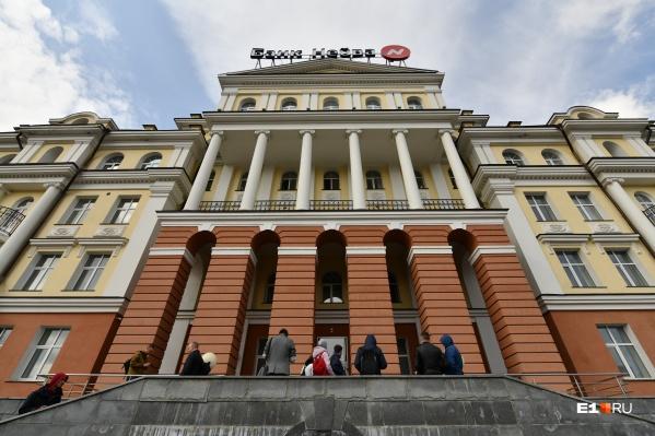 Общая стоимость недвижимого имущества 257,1 млн, а еще на торги хотят выставить три машины за 2,5 млн рублей