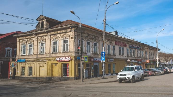 В Перми был свой «дом Зингера» — сейчас он сыпется и в вывесках. История здания на улице 1905 года