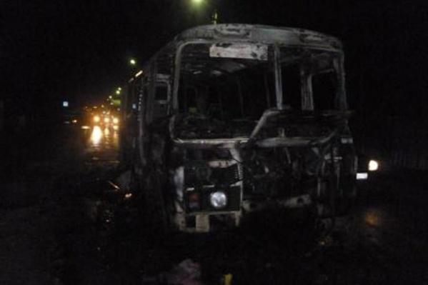 Автобус выгорел полностью, но пассажиры не пострадали
