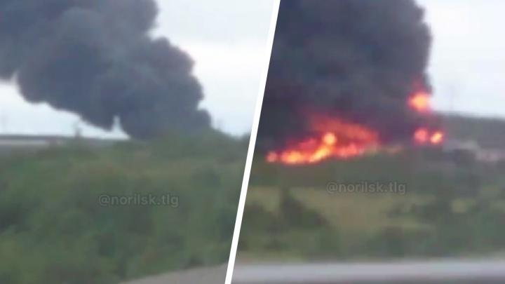 В Норильске после схода с рельсов грузового поезда загорелась цистерна с нефтепродуктами